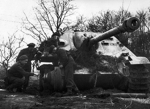 Английские танкисты осматривают «Ягдпантеру», подорвавшуюся на мине. Германия, март 1945 года