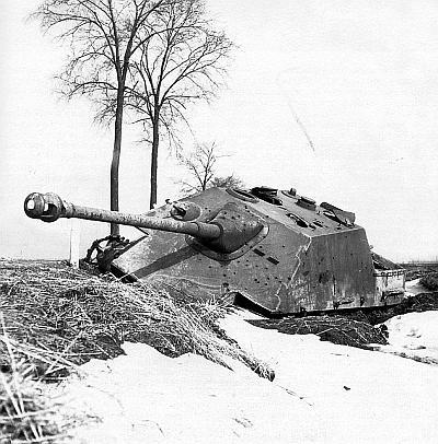 Сгоревшая «Ягдпантера». Обращают на себя внимание два перископа механика-водителя, как у машин самого раннего выпуска, и характерный для более поздних моделей составной ствол 88-мм пушки. Венгрия, март 1945 года