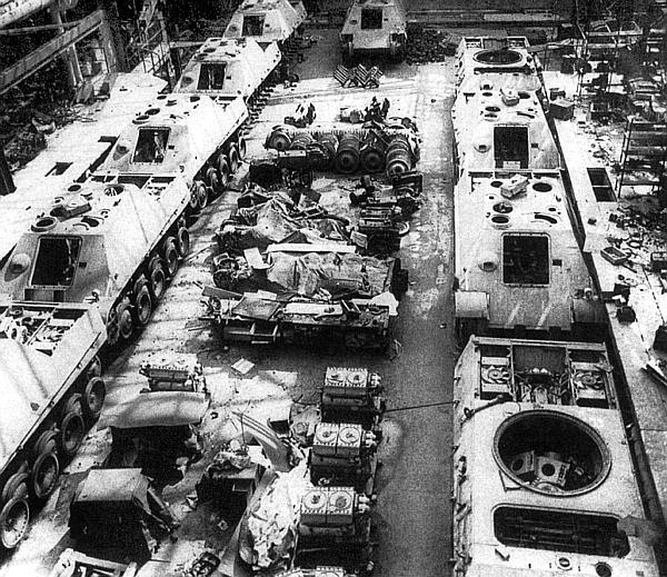 «Ягдпантеры» и «пантеры» в сборочном цехе фирмы MNH в Ганновере, захваченном американскими войсками. Май 1945 года