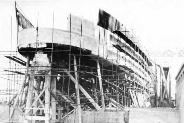 "Легкий <a href='https://arsenal-info.ru/b/book/2414474991/4' target='_self'>крейсер</a> ""Паоло Эмилио"" на стапеле. Сентябрь 1941 г. (2 фото вверху)"