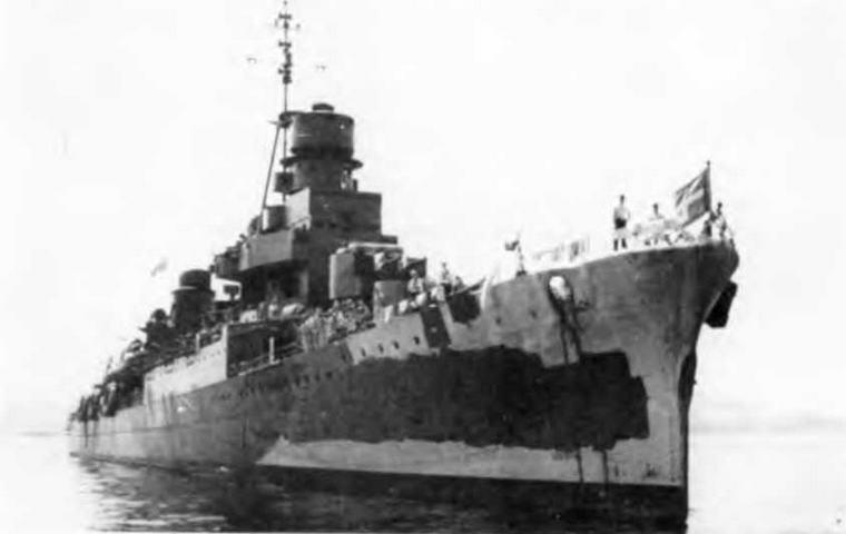 """Легкий крейсер """"Помпео Магно"""" в 1943 г. (2 фото вверху)"""