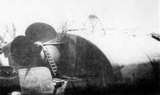 """Затопленный корпус легкого крейсера """"Оттавиано Августе"""". Анкона, 1944 г."""