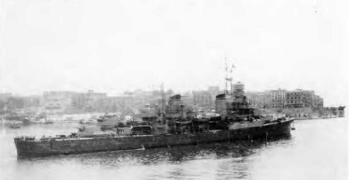 """Легкий крейсер """"Помпео Магно"""" в Анконе в 1943 г. (2 фото вверху), на Мальте (внизу слева) и в Таронто 9 сентября 1944 г ."""