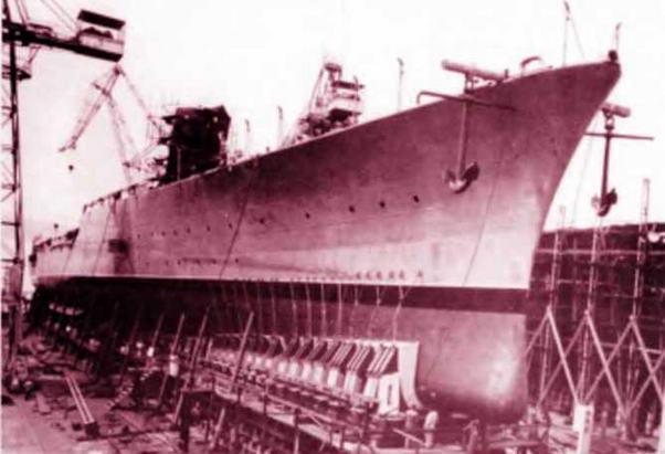 """9 сентября 1943 года в Таранто находились два немецких торпедных катера """"S54"""", """"S61"""". Уходя из порта, немецкие моряки, со свойственным этой нации педантизмом, выполнили инструкцию и поставили минное заграждение на рейде. Интересны и дальнейшие """"приключения"""" немецких катеров — во время перехода в Венецию они потопили итальянские канлодку и эсминец и захватили небольшой транспорт с итальянскими войсками. Но и это не все: 9 сентября в 23 ч """"Эбдиэл"""" подорвался на одной из мин, выставленных немецкими катерами. Корабль затонул мгновенно. Людские потери оказались тяжелыми: экипаж потерял 6 офицеров, 42 матроса, десант— 120 человек. Очень много было раненых."""