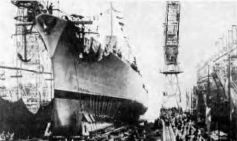 """Корпус легкого крейсера """"Нересуан"""" ( с декабря 1941 г. """"Везувио """") на стапеле и перед спуском на воду. Триест, 6 августа 1941 г"""