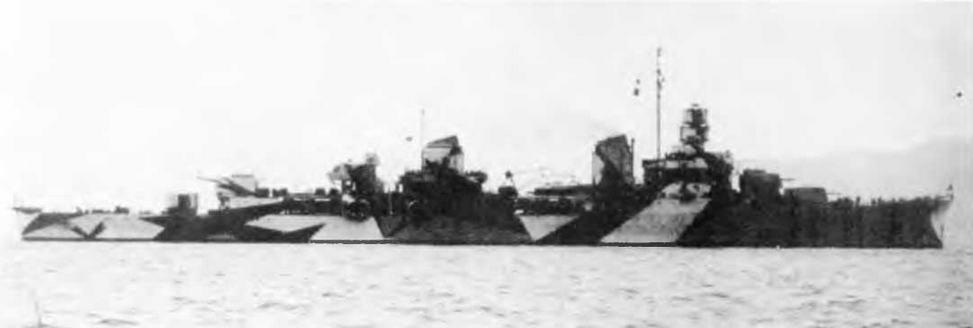"""Сверху вниз: легкий крейсер """"Аттилио Реголо"""" во время спуска на воду 28 августа 1941 г. и во время достройки в конце 1941 г., """"Джулио Германико"""" во время достройки в 1942 г., и """"Аттилио Реголо"""" в 1942 г."""