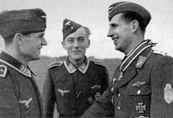 Пауль Земрау (справа) после награждения Рыцарским крестом