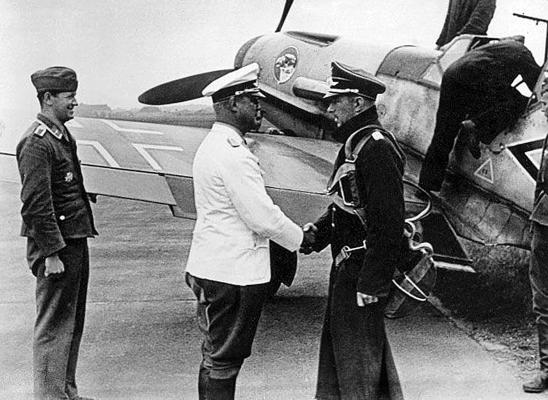 Вернер Мёльдерс рядом со своим самолетом
