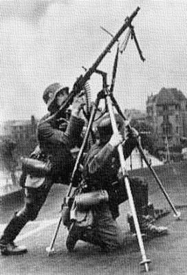 Солдаты ведут огонь по воздушным целям