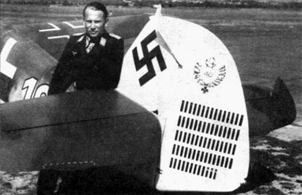 Командир 1-й эскадрильи 1-й истребительной эскадры Альфред Гриславски рядом со своим самолетом
