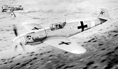 В небе самолет командира 3-й эскадрильи 27-й истребительной эскадры Ганса Иоахима Марсейля