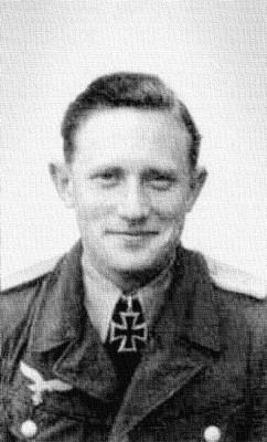 Кавалер Рыцарского креста, командир 6-й эскадрильи 77-й эскадры пикирующих бомбардировщиков Теодор Хакер