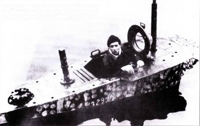 Сверхмалая подводпая лодка U-5329 типа XXVII В5 Seehund. Из рубки высунулся лейтенант цур зее Ульрих Мюллер, вторым членом экипажа субмаринки был лейтенант-инженер Юрген Нейман, снимок сделан 7 февраля 1945г. в Юмуйдене.
