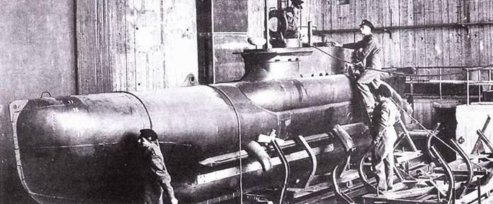 Британские офицеры осматривают двухместную сверхмалую подводную лодку Seehund. Киль, 15 мая 1945г.
