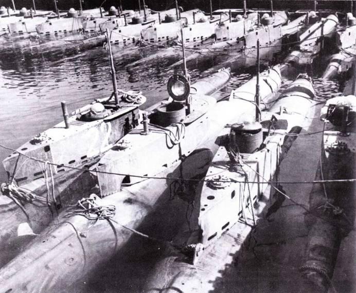 Сверхмалые подводные лодки типа XXVII В5 Seelund (Lehrkdo-300), Зурендорф, май 1945г. Лодки ожидают порезки на металл.