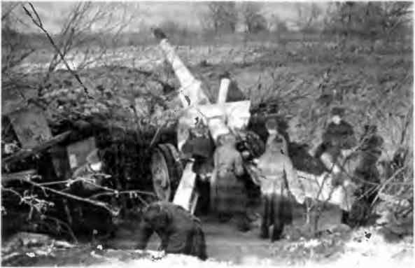 Бойцы дальнобойного орудия ведут огонь с левого берега Волги