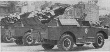 Противотанковые управляемые реактивные снаряды на марше.