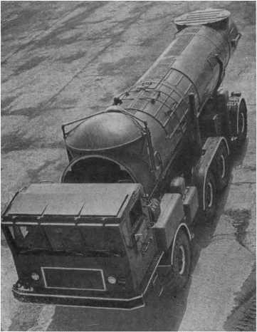 Своеобразен внешний вид контейнера, напоминающий цистерну. Но в нем заключена грозная боевая ракета.