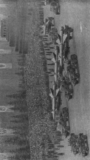 На Красной площади в Москве проходят на военном параде зенитные ракеты.