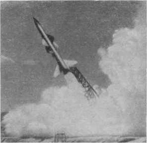 Старт! Метеором взмывает ввысь советская противоракета. Цель будет поражена точно.
