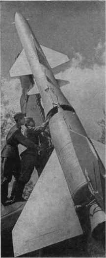 Ракетная техника раскрывает свои тайны только настойчивым, упорным воинам. На снимке показано одно из занятий у ракеты.