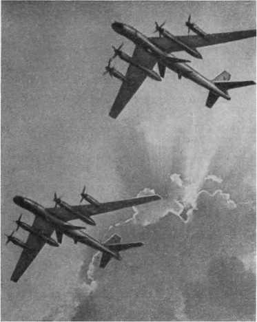 Cоветские турбовинтовые ракетоносцы в полете.