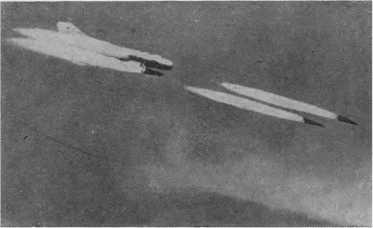Стрельба ракетами с борта самолета-истребителя.
