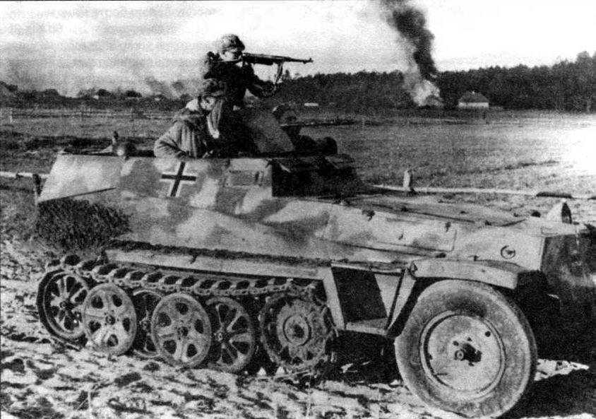 Бронетранспортер Sd.Kfz.250/1 ведет бой на окраине русской деревни. Восточный фронт, 1943 год