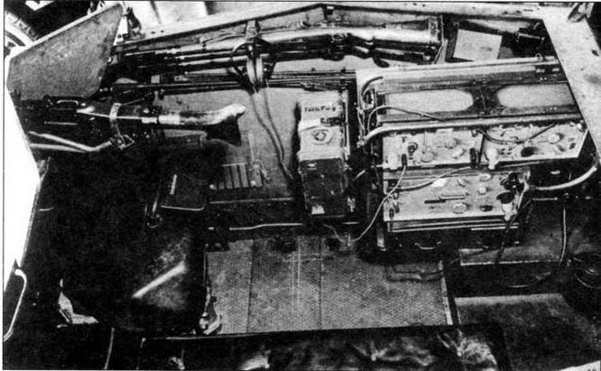 Боевое отделение машины связи Sd.Kfz.250/3 с радиостанцией Fu 8. Пулемет MG 34— на своем штатном месте за щитом. На стенке боевого отделения в положении по-походному уложены два карабина 98К
