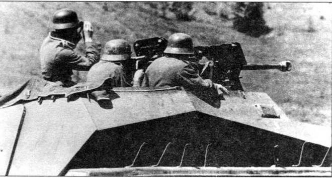Расчет тяжелого противотанкового ружья sPzB 41, установленного на бронетранспортере Sd.Kfz.250/11 Alt, готовится к открытию огня. Мотоциклетный батальон моторизованной дивизии «Великая Германия»