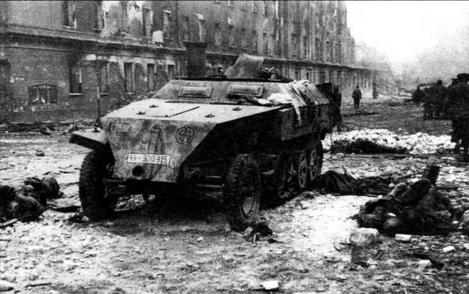 Подбитый бронетранспортер Sd.Kfz.250/1 Neu из 11-й добровольческой моторизованной дивизии СС «Нордланд». Берлин, апрель 1945 года