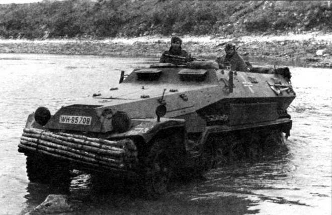 Бронетранспортер Sd.Kfz.251 Ausf.A. 1-я <a href='https://arsenal-info.ru/b/book/1627328415/38' target='_self'>танковая дивизия</a>, Восточный фронт, 1941 год. На машинах раннего выпуска пулемет не имел щитового прикрытия