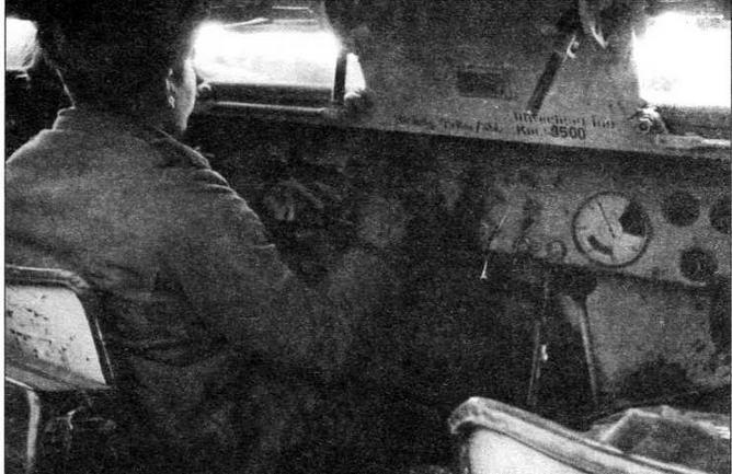 Интерьер отделения управления бронетранспортера Sd.Kfz.251. Обращает на себя внимание обратный наклон рулевого колеса, характерный для всех <a href='https://arsenal-info.ru/b/book/2995468144/7' target='_self'>немецких бронетранспортеров</a> и бронеавтомобилей