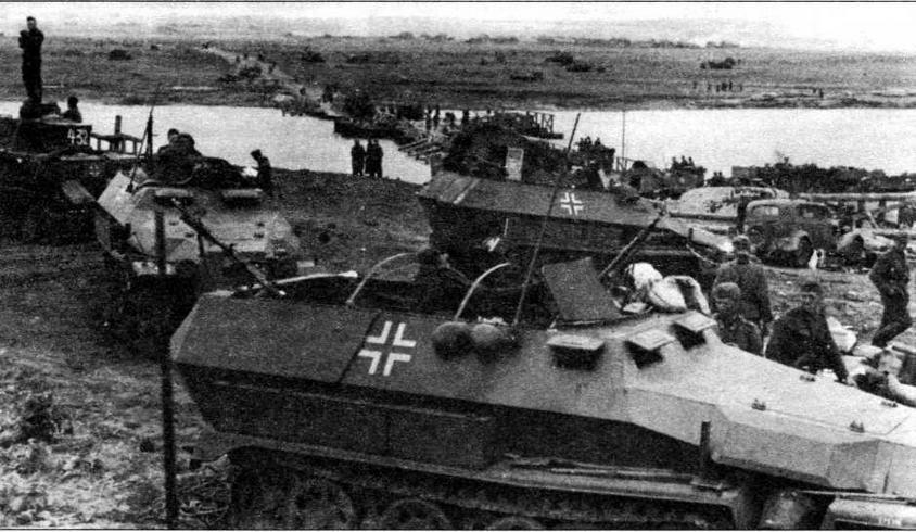 Бронетранспортеры Sd.Kfz.251 Ausf.C 24-й танковой дивизии на переправе. Восточный фронт, 1941 год