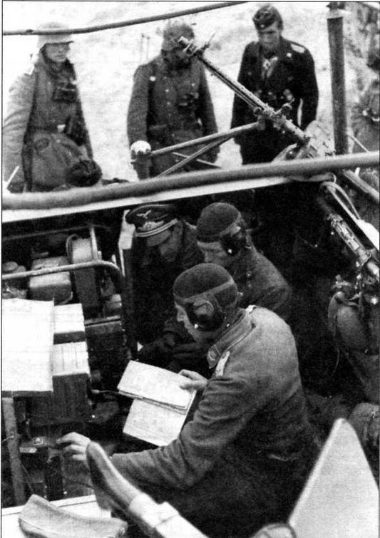 Интерьер машины связи Люфтваффе с радиостанцией Fu 7. На кормовом вертлюге установлен нештатный авиационный пулемет MG 15