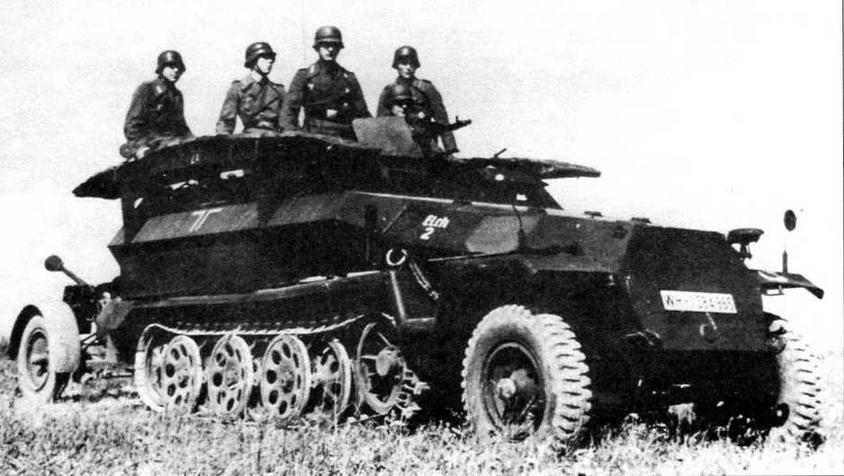 Бронетранспортер для инженерных войск Sd.Kfz.251/7 на специальных кронштейнах по бортам корпуса нес два штурмовых мостика