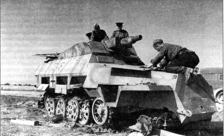 Красноармейцы изучают подбитый немецкий бронетранспортер Sd.Kfz.251/9. Воронежский фронт, лето 1943 года