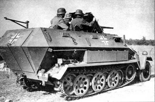 Бронетранспортер Sd.Kfz.251/10 на боевой позиции во время учебных занятий. В войсках эти машины использовались в качестве командирских во взводах и ротах мотопехоты