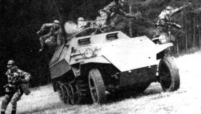 Солдаты Чехословацкой народной армии спешиваются с бронетранспортера ОТ-810