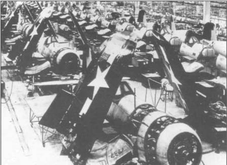 Сборочная линия на заводе Воут в Стратфорде, заполненная «Корсарами» в августе 1945 года. На этот период приходится пик производства F4U-4 для американского Флота и КМП. Эта модификация «Корсара» поступила в подразделения в апреле 1945 года и по своим характеристикам значительно превосходила ранние модели.