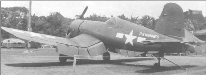 F4U-4 (BuNo 81701), сфотографированный на стоянке в Филадельфии в 1945 году, входил в состав VMF-122 и носил имя GRAVEL GERTIE на правой стороне капота, там же эмблемы эскадрильи.