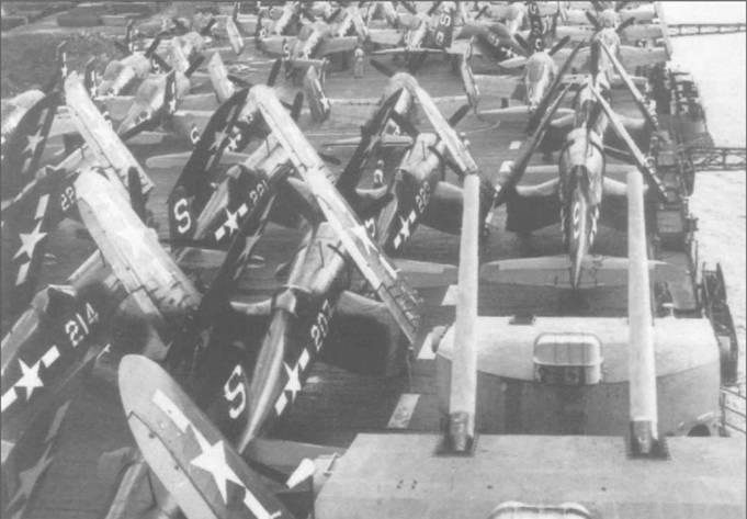 F4U-4 из VF-52 делят палубу авианосца «Хорнет» с «Биркэтами» F8F-1 из VF-51, 24 октября 1945 года. В последние месяцы войны CV-12 получила в качестве обозначения литеру «S». И «Корсары», и «Биркэты» окрашены в Glossy Sea Blue с номерами белого цвета.