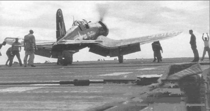 Этот F4U-5 (BuNo 121800) из VF-23 нес обозначение эскадрильи на вершине вертикального оперения. «Корсар», бортовой номер 301, только что вернулся на борт авианосца «Райт» после квалификационного полета 3 ноября 1948 года. F4U-5 был первым вариантом «Корсара», имевшим металлическую обшивку складывающихся частей крыла и поверхностей управления.