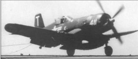 F4U-5 из VF-14 Tophatters захватил тормозной трос на авианосце «Франклин Д. Рузвельт» во время похода 6-го флота по Средиземному морю. Втулка винта и законцовка руля направления желтого цвета. На борту, под кабиной, белая литера «Е».