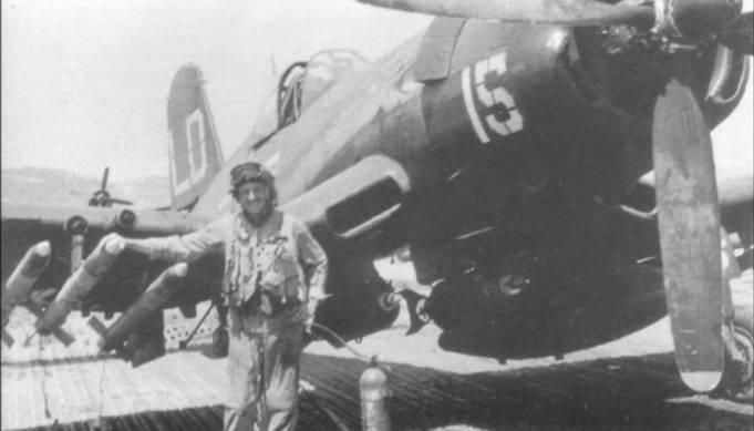 Майор Гарольд Э. Смит из VMF-212 Lancers позирует на фоне своего F4U-5, бортовой номер 15, на аэродроме К-3 (Пхохан), Корея, 1952 год. «Корсар» полностью загружен 127мм ракетами, двумя 226-кг бомбами и 582литровым топливным баком.