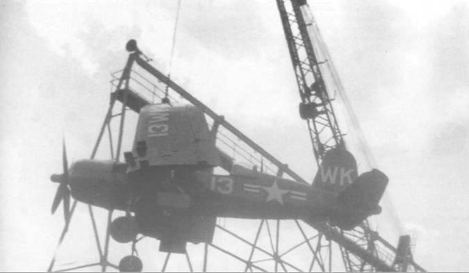F4U-5, бортовой номер 13, из VMF-224, базировавшейся в Черри Пойнт, Северная Каролина, поднимают на борт авианосца в Норфолке, 23 апреля 1949 года. «Корсар» окрашен в Glossy Sea Blue с белыми надписями.