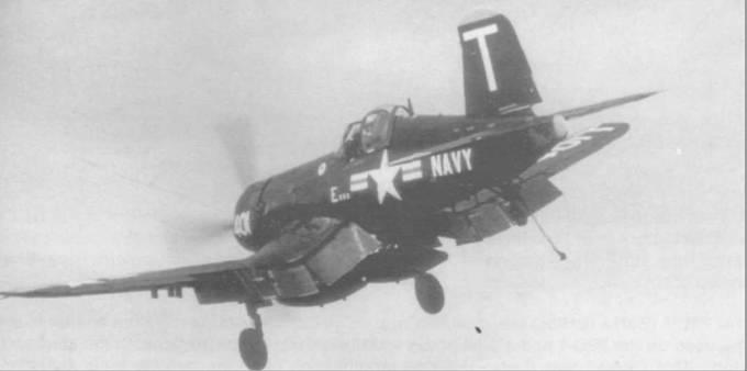 Повинуясь командам офицера управления посадкой авианосца «Франклин Д. Рузвельт», F4U-5 (BuNo 121879), бортовой номер 401, из VF-14 уходит на второй круг, октябрь 1953 года. Парируя вращающий момент мощного мотора, пилот до отказа отклонил руль вправо, стараясь избежать возможного сваливания.