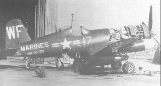 Ремонт двигателя на F4U-5N (BuNo 123180) из VMF(N)-513 производится персоналом MWSS-11 (Marine Wing Service Squadron Eleven) на авиабазе Итами, Япония, 1950 год. Знаки национальной принадлежности без окантовки, надписи белого цвета.