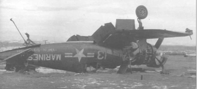 Перевернувшийся при посадке F4U-5N (BuNo 124443) на аэродроме Кимпо (К-16), Корея, 3 декабря 1950 года. Белые надписи на этом «Корсаре» «приглушены» синим цветом, чтобы снизить их заметность.
