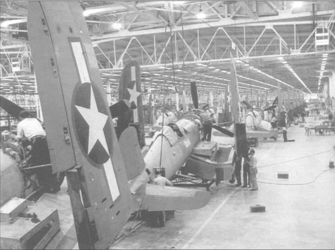 FG-1 на сборочной лини завода Гудьир в Акроне, Огайо, 9 октября 1943. В то время знаки национальной принадлежности на самолетах имели красную окантовку. Все «Корсары» с фонарем раннего типа были вооружены шестью 12,7-мм пулеметами в крыле, и многие из этих истребителей сразу отправлялись на юг Тихоокеанского ТВД в составе подразделений Корпуса Морской Пехоты (КМП) США.